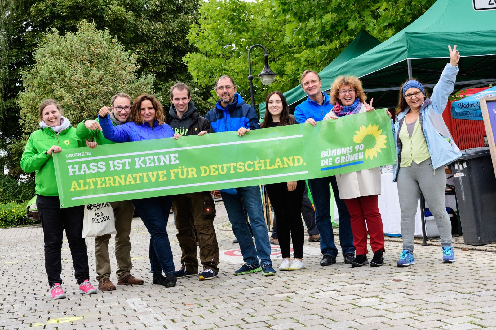 """Foto: Grüne halten Banner mit der Aufschrift """"Hass ist keine Alternative für Deutschland"""""""